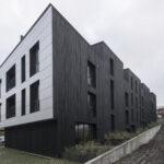 mustast põletatud lehisest kortermaja fassaad