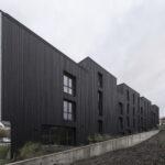 must põletatud lehis kortermaja fassaad