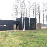 Mustaks õlitatud põletatud puidust eramaja fassaad